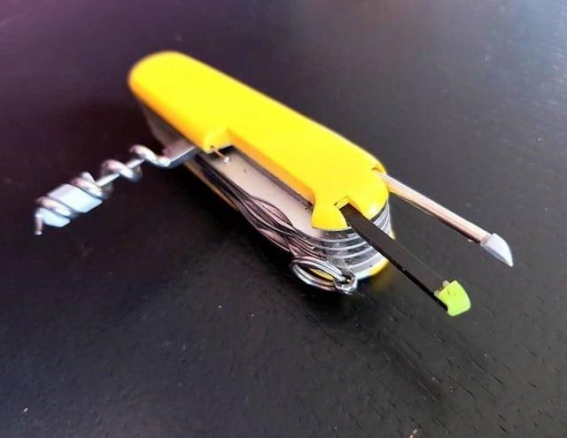 Navaja suiza en amarillo con palillo sacacorchos y pinzas semiextraídos