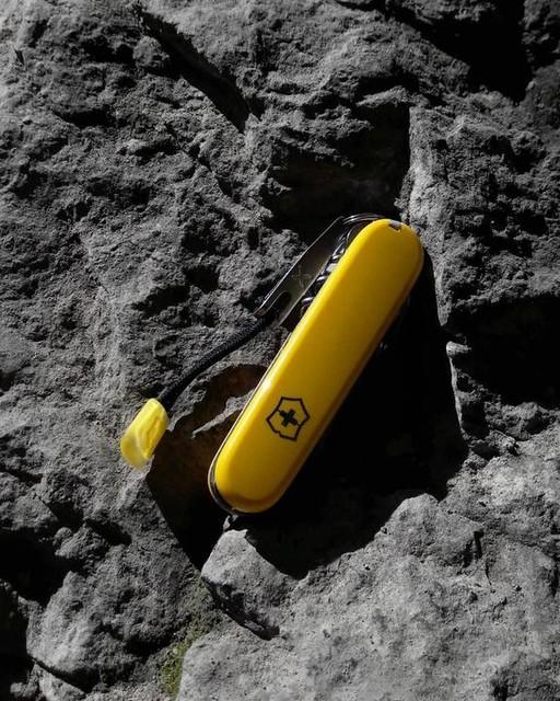 climber en amarillo cerrada sobre roca