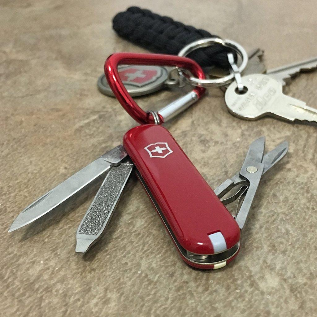 Victorinox Classic SD enganchada a un mosquetón y a unas llaves