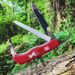 Victorinox Hunter con cuchilla, serrucho, hoja dle cazador y clavada con el punzón en un arbol