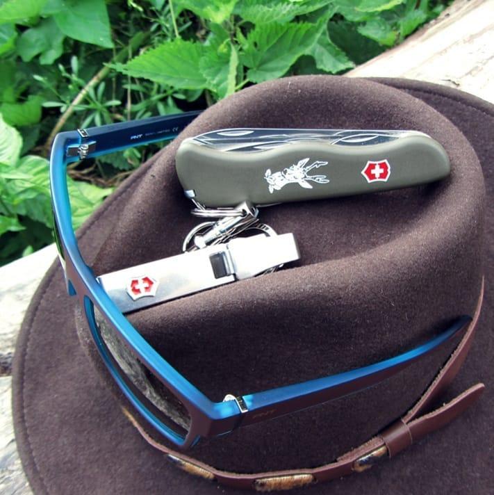 Victorinox HUNTER Review sobre sombrero de Indiana Jones con otros complementos, gafas y llavero
