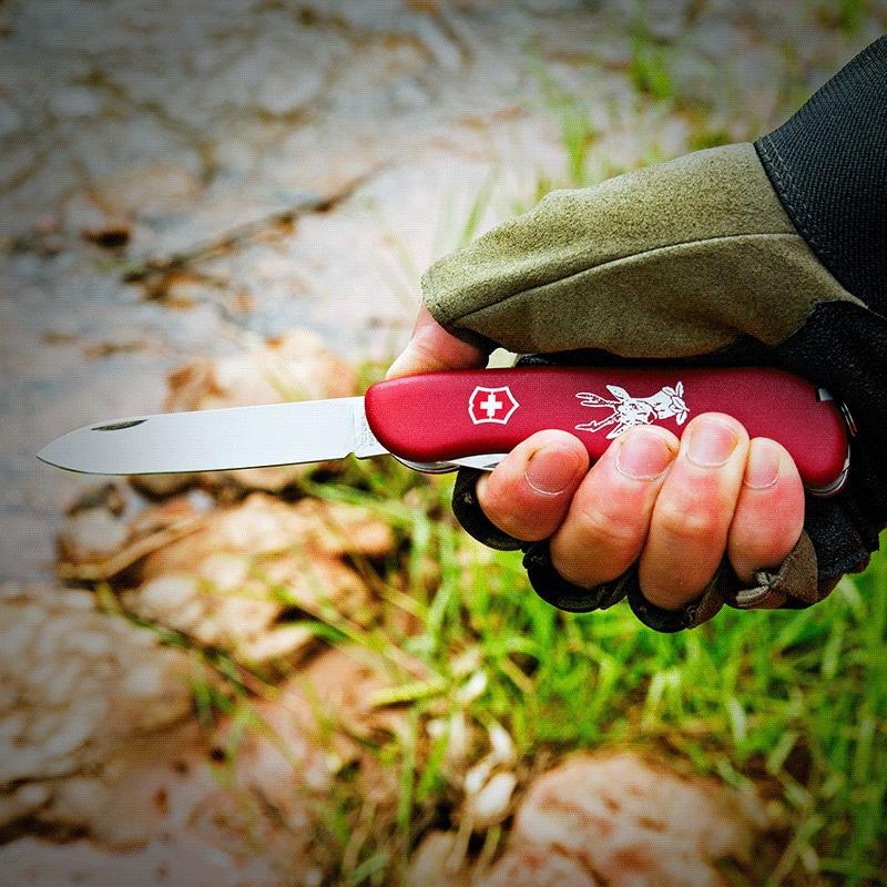 Victorinox HUNTER Review. Navaja en color rojo en manos de un cazador