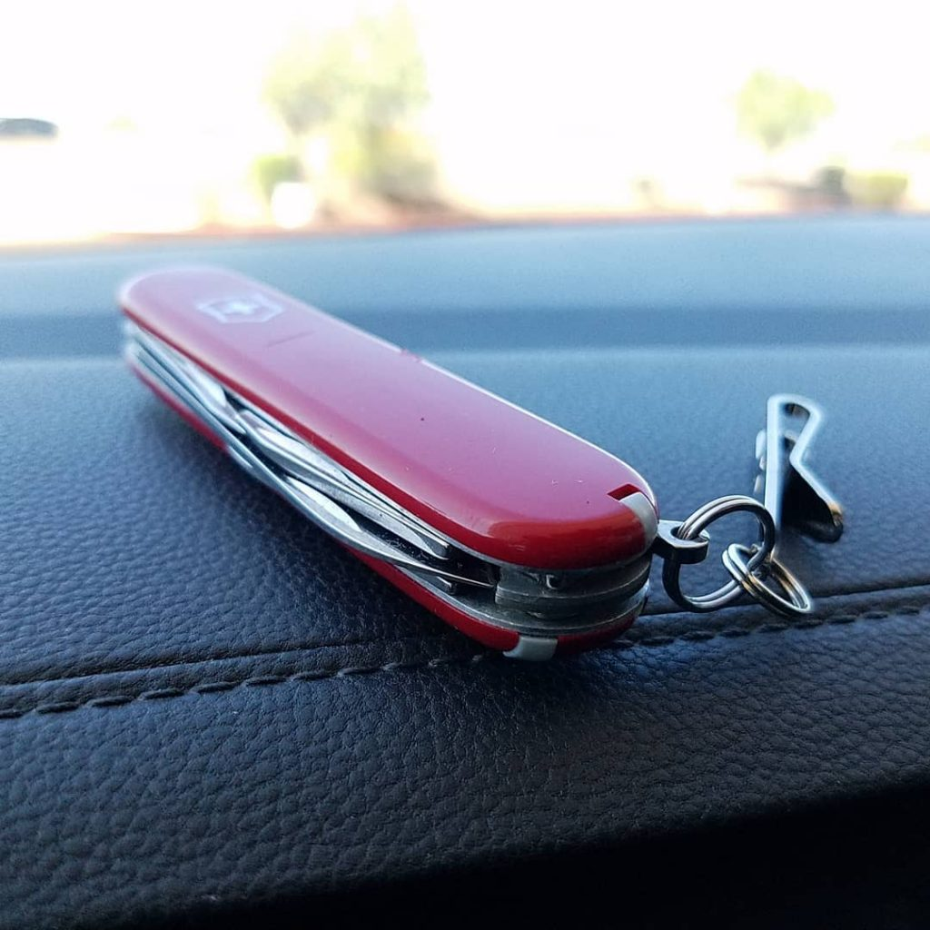 Victorinox SPARTAN en rojo  sobre salpicadero de coche